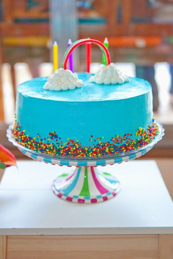 O bolo de chocolate com recheio de palha italiana, com cobertura de butter cream. Ele é enfeitado com uma bala de gelatina de arco-íris e nuvens de chantily (Foto: Reprodução / Duorama Photography )
