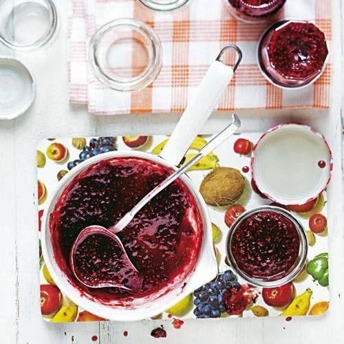 Fruchtige Himbeeren und exotische Maracuja - als Konfitüre ist dieses Duo ein wahres Gedicht. Und das Beste: Mit unserem Rezept ist die Marmelade kinderleicht nachgekocht.
