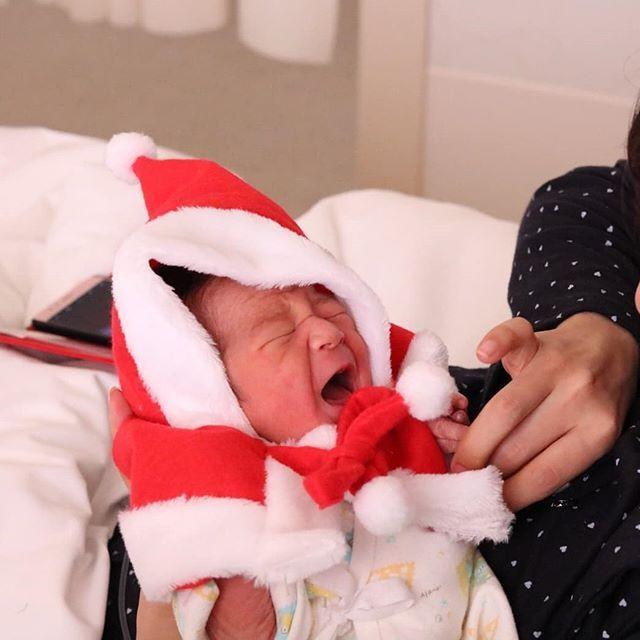 はじめまして、小さな小さなサンタ!生後0日!  .  .  ,  #ベビー服#fashion #daksクリスマスジャンパーデー#可愛い#子供服#おしゃれ好きな人と繋がりたい#プレゼント#クリスマスプレゼント#置き画#ママリ#出産#サンタ