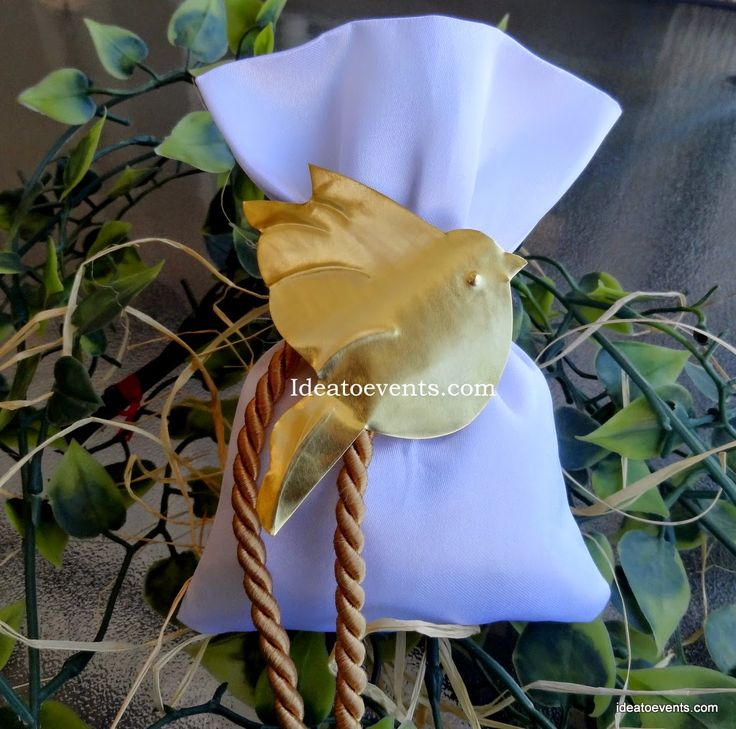 Handmade Wedding favor in silk pouch with cord and handmade love bird. Χειροποίητη μπομπονιέρα γάμου σε λευκό πουγκάκι με κορδόνι και σφυρήλατο χειροποίητο πουλάκι. Code N°MG0039