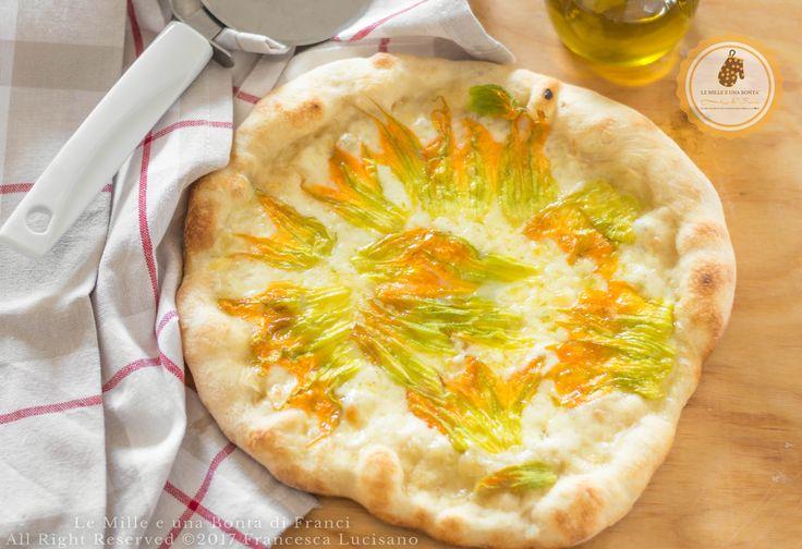 Pizza+con+mozzarella+e+fiori+di+zucca