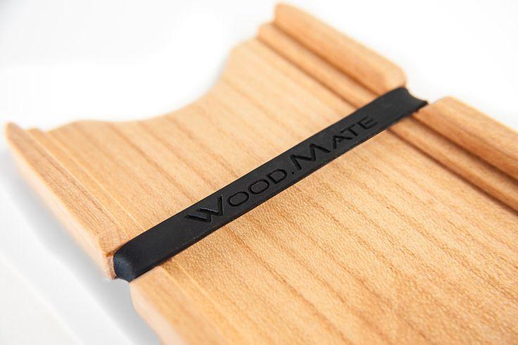 Businesskarten, ID-Karten und Geldscheine werden von einem Gummiband sicher gehalten. Und alles ist dank zweier Fächer leicht und schnell griffbereit. Personalisiere deinen WOOD.MATE mit deinem Namen, Firmenlogo oder eigenem Design.  www.woodmate.it - Dein bester Kumpel aus Holz #handmade #woodworking #wallet