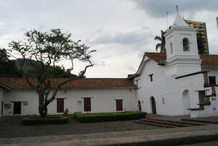 Complejo religioso La Merced - Cali - Colombia Claustro Colonial, construido 1545 en el sitio en donde el 25 de julio de 1536 Fray Santos de Anasco ofició la primera misa con motivo de la fundación de la ciudad. Restaurada por el Banco Popular.  http://www.colombia.com/turismo/sitios-turisticos/cali/atractivos-turisticos/sdi212/51428/complejo-religioso-la-merced