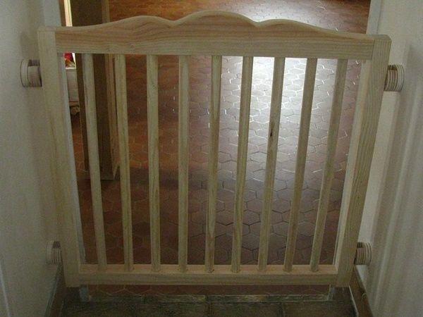 Vous voyez, juste un cadre en bois avec des barreaux, et quatre tétons pour l'accrocher.