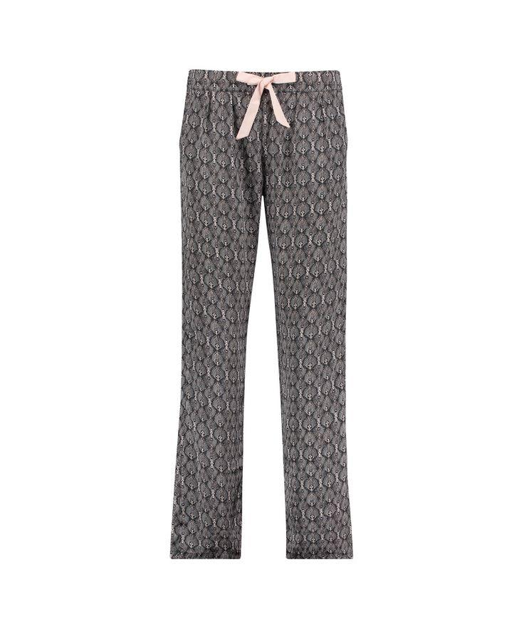 Hunkemöller Pyjamabroek Satin Print Zwart  In deze fancy pyjamabroek voel je je classy en cosy! Deze pyjamabroek met lange pijpen heeft een satin look en feel.  Lange mouw  Ronde hals  EUR 27.99  Meer informatie
