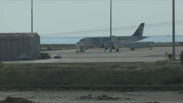 Détournement de l'avion d'Egypt Air : le pirate arrêté Check more at http://info.webissimo.biz/detournement-de-lavion-degypt-air-le-pirate-arrete/