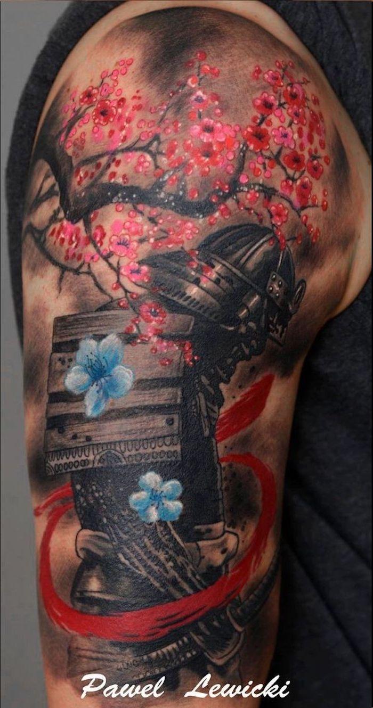kämpfer tattoo, blaue blumen, blaum, oberarmtattoo, tätowierung