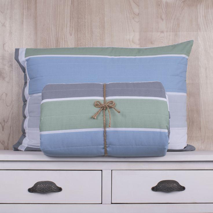 Quilt de 200 hilos, diseño Rayas verde, gris, celeste. Contiene una sábana ajustable, sábana superior y fundas de almohadas. Colección Indira.