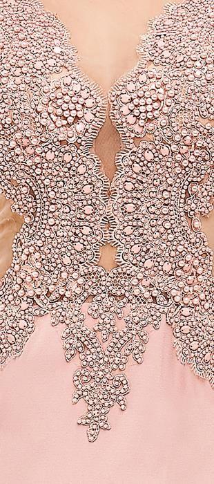 Vestido longo de crepe com tule bordado. O busto ricamente bordado em pérolas com detalhe em tule nas laterais,afina a silhueta, dando bastante sensualidade. A saia sereia bem volumoso é de crepe com ...