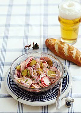 Wurstsalat mit Laugengebäck - Rezepte