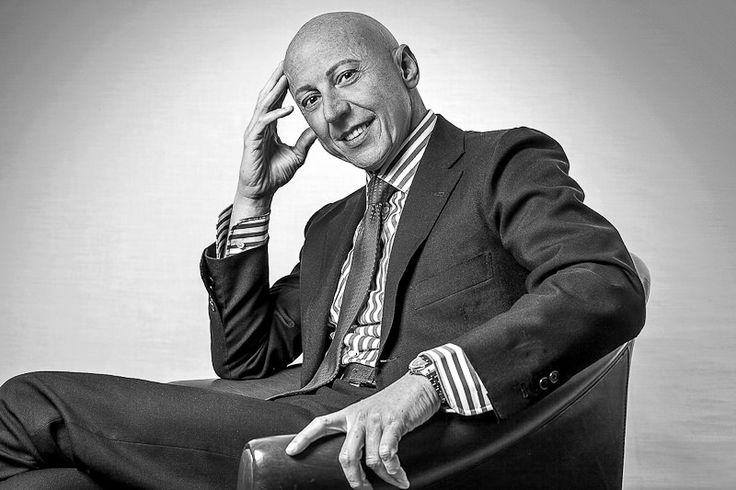 Minimalist professional headshot for famous italian lawyer. Ritratti fotografici per avvocati di successo.  https://www.eliocarchidi.com/prezzi-servizi-fotografici-professionali/
