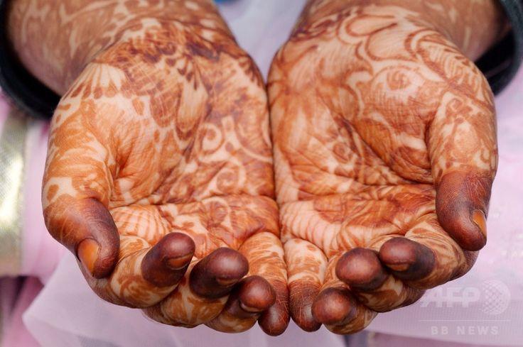 インド・バンガロール(Bangalore)で、断食月「ラマダン(Ramadan)」の終わりを祝う祭り「イード・アル・フィトル(Eid al-Fitr)」の礼拝に臨むイスラム教徒。手には「ヘナ」と呼ばれる染料を用いた絵柄が施されている(2014年7月29日撮影)。(c)AFP/Manjunath KIRAN ▼30Jul2014AFP|断食月ラマダン終了、世界各地で「イード・アル・フィトル」 http://www.afpbb.com/articles/-/3021766 #Bangalore