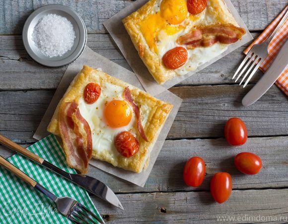Пикантный слоеный пирог на завтрак с беконом и глазуньей. Ингредиенты: яйца куриные, яичные желтки, бекон