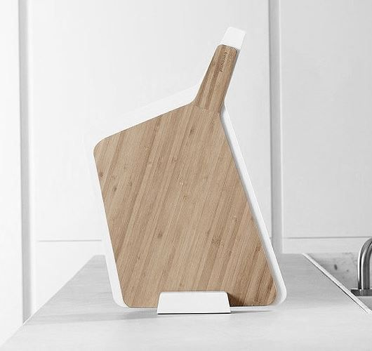 Dieses Schneidebrett im modernem Design aus Bambus und Kunststoff, kann vertikal oder horizontal gelagert werden und besitzt einen ergonomischen Griff für einfache Handhabung. Hier entdecken und shoppen: http://sturbock.me/jrr