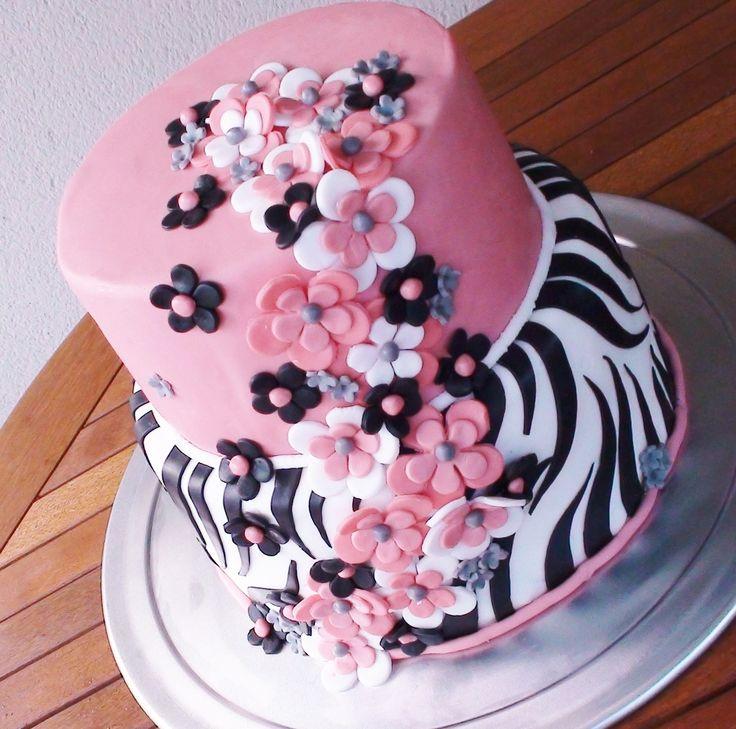 Gâteau Girly #3 Réalisé pour le 18 ème anniversaire d'une jeune fille d'une grande élégance. Il s'agit d'une pièce monté dont la base est un Victoria's spondge cake et d'une crème au fruit de la passion (maracudja). L'étage se componse d'un Victoria's...