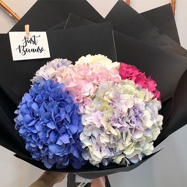 Easy And Simple Does It On A Rainy Sunday Night Fleuristesg Hydrangea Bouquet Handtied Flower Delivery Hydrangea Bouquet