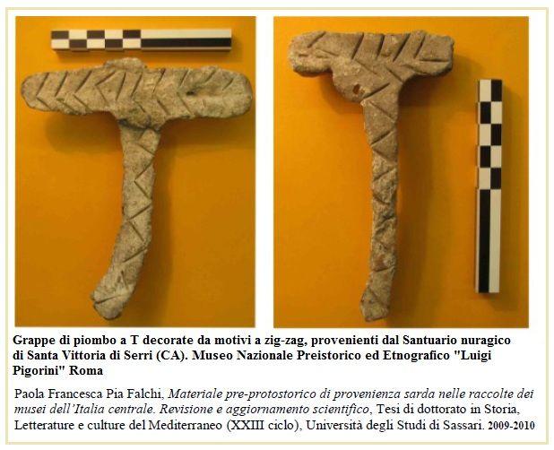 Queste sono 2 delle 4 grappe di piombo, tutte a T e con decorazioni a zig-zag, presumibilmente facenti parte di un lotto donato dal Taramelli nel 1913, in parte al museo Pigorini, in parte al Milani di Firenze, dono che pare non abbia lasciato traccia negli archivi o che non sia mai stato registrato.(1)
