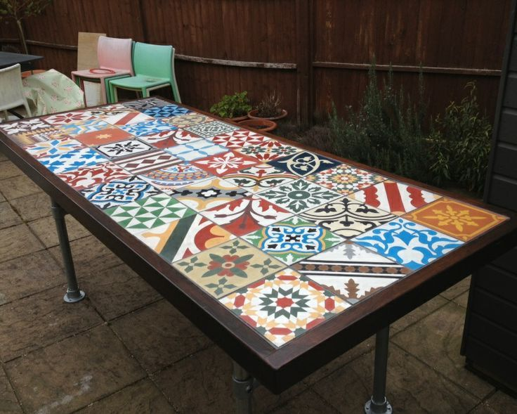 Table de jardin avec carreaux de ciment garden table with encaustic tiles mesa de jardin con for Comment realiser une table de jardin en mosaique