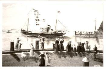 Scheepsportret van de motorlogger VL 40 Theresia, uitvarend uit de havenmond van de oude haven in Vlaardingen uitgezwaaid door visersvrouwen en kinderen waarvan 2 jongens met fiets. Het wapen van Van Speyk nog op het Westerhoofd nog vóór de verplaatsing naar het Oosterhoofd. Woensdrecht Sr, G. #ZuidHolland #Vlaardingen