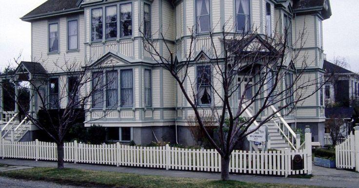 Características exteriores de la arquitectura de estilo victoriano. La arquitectura de estilo victoriano se refiere a una serie de diseños de casas comunes entre 1860 y 1900. Nombrado así por la reina Victoria de Inglaterra, este estilo tiende hacia las estructuras llamativas y opulentos que tenían la intención de servir como un símbolo de prosperidad. Si bien cada estilo victoriano cuenta con un diseño ...