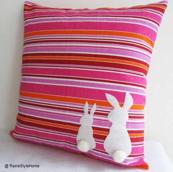 Comment décorer des coussins avec des silhouettes de lapin de Pâques : avec un lapin plus grand et un petit pompon pour la queue. #lapin #coussin #decopaques  #easterdiy #easterDIY #Paques #paquesbricolage #tabledefete #decodetable #diypaques #œuf #œufdepaques