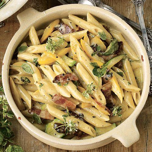 Pasta carbonara met courgette van Jamie Oliver, uit het kookboek 'Thuis bij Jamie' van Jamie Oliver. Kijk voor de bereidingswijze op okokorecepten.nl.