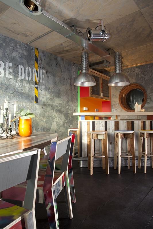 Bar en barkrukken van resthout