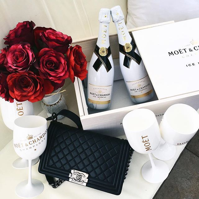 ♥@nn@b£|¥♥ ️Red roses and Moet & Chandon #luxurylifestyle #luxury #inspiration Visit www.memoir.pt