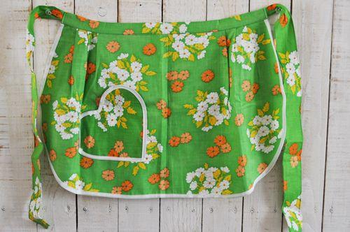チェコから届いたとても可愛らしい前掛けタイプのエプロンです。レトロな雰囲気の花柄にハート型のポケットが一つ付いています。デッドストック品でようか?とてもきれいなコンディションです。キッチンに立つときは…