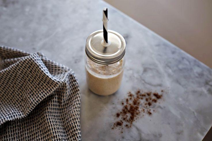 I måndags skrev Stig en krönika om hur man kan njuta sig till bättre hälsa och högst upp pålistan över antioxidantrik mathittade vi lite otippat julens drottning: kryddnejlikan.Den är full av antioxidanter, antiinflammatorisk som tusan och dessutom anti-flatulent.* Så, i dag blir det en chaismoothie till fredagsmyset. Varma kryddor + kall vaniljsmoothie + Frost för …