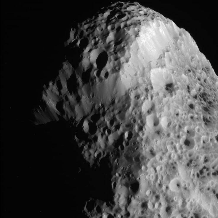 La lune Hypérion se dévoile dans de nouvelles images prises par la sonde Cassini - Sciencesetavenir.fr