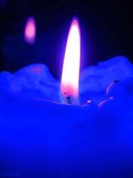 Vela Azul: azul claro desperta interiorização, tranqüilidade, paz e harmonização; abre as portas do mundo oculto, torna fácil a comunicação astral. Ótima na luta contra o medo. Azul escuro: representa o prazer de viver e tudo aquilo que nos desperta gosto pela vida. Estimula a sensualidade, auto-estima, induz à conquista amorosa, protege a garganta, a laringe, a faringe, a tireóide, a língua, as cordas vocais e a fala, o paladar, a Trompa de Eustáquio, o cerebelo, as vértebras cervicais e a…