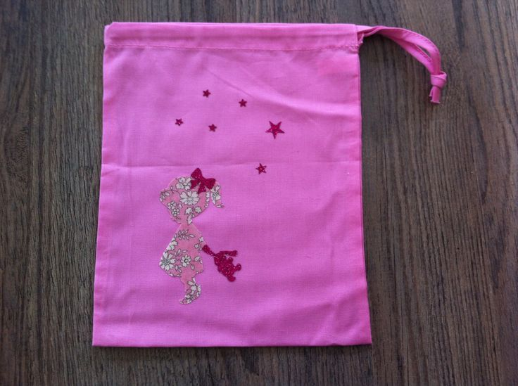 sac à doudou rose en coton pour fille , motif petite fille et son doudou : Sacs enfants par nessymatriochka