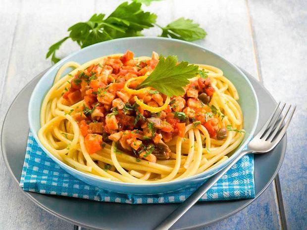 Spaghetti z pomidorami, tuńczykiem i rukolą