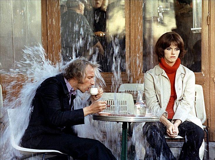 """Pierre Richard sous une douche d'eau devant café avec Annie Duperey,  dans le film """"Les malheurs d'alfred"""" - 1971 © Photo sous Copyright"""