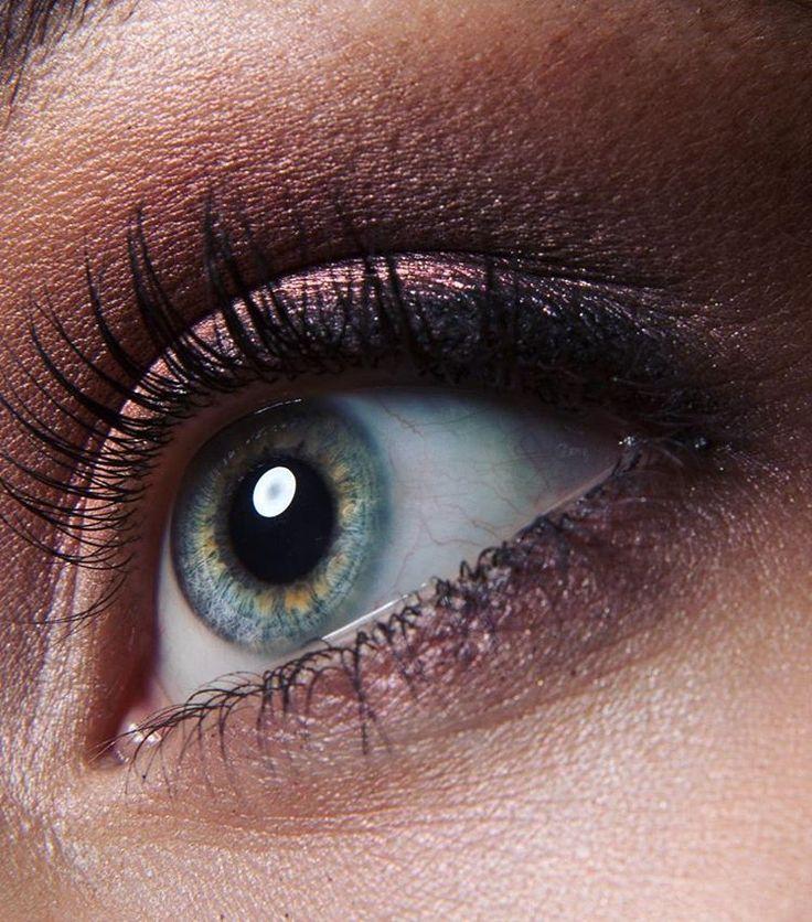 Ничто так не подчеркивает красоту глаз, как мягкий натуральный макияж с нежной растушевкой и бликами, подсвечивающими радужку глаза.   Макияж выполнен на индивидуальном обучении с моей талантливой ученицей @nikolkado   Фотограф @ph_lisov   Модель @ritoooos   По поводу обучения пишите на почту, по номеру или через контактную форму на моем сайте,  с радостью обучу вас всем своим секретам😊🎨