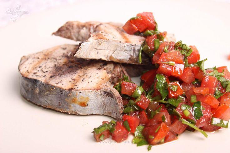Ton la grătar cu salsa de roșii