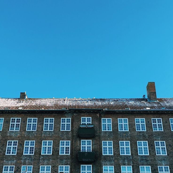Blue skies   #copenhagen #copenhagenlife #findroommate #picoftheday #photooftheday #beautiful #citylife #house #bluesky #denmark #østerbro #københavn
