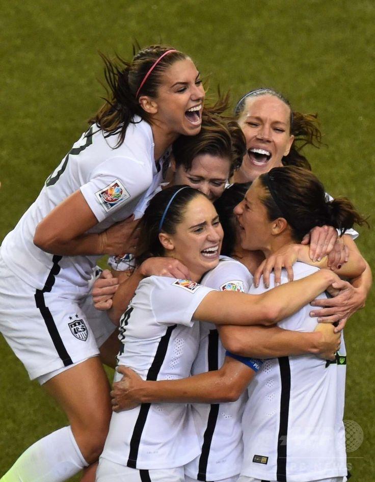 女子サッカーW杯カナダ大会・準決勝、米国対ドイツ。カーリー・ロイドが挙げた先制点に歓喜する米国の選手(2015年6月30日撮影)。(c)AFP/NICHOLAS KAMM ▼1Jul2015AFP 米国が決勝進出!世界ランク1位のドイツを破る 女子サッカーW杯 http://www.afpbb.com/articles/-/3053226 #2015_FIFA_Womens_World_Cup #Semifinal_United_States_vs_Germany