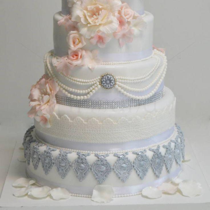 Un model pe care il indragim si pe care l-am decorat cu detalii si flori regale, este tortul de nunta potrivit pentru o petrecere organizata intr-un loc de basm, un castel sau un palat.  Pret: 560 lei.