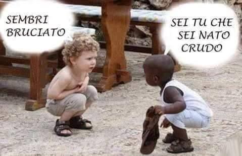 Foto Divertente: Bambino nero pensa che il bambino bianco sia nato crudo