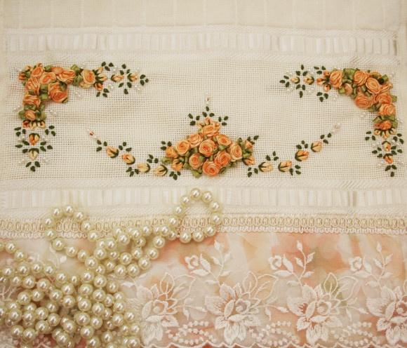 Toalha de Lavabo bordada na cor laranja mesclado e babado duplo floral com renda trabalhada. R$50,00