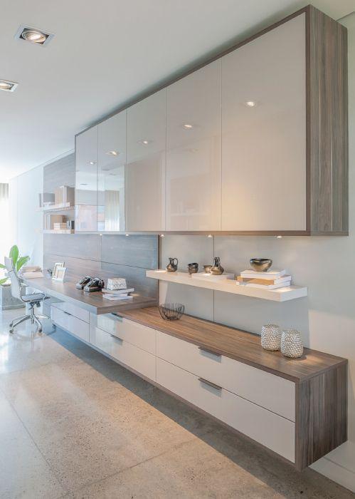 Home Office diseñado con paneles y tapa de escritorio Maribo; puertas y repisa –esta última con iluminación led– Nata Alto Brillo, y manija Salo color titanio, de Todeschini.
