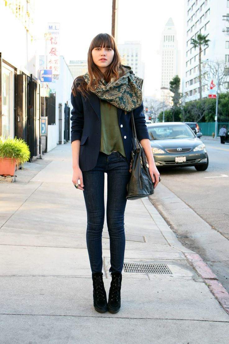 Oversized scarf, loose t-shirt and blazer, skinny jeans and heels