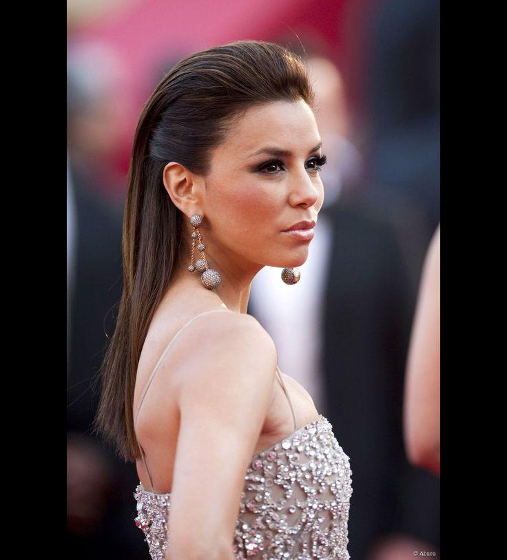 Eva Longoria apostó en esta ocasión por un peinado batido y un vestido con cola ultra glamuroso el 13 de mayor de 2010