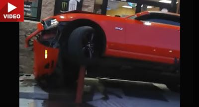 Ford Mustang stürzt auf mysteriöse Weise in Texas Lebensmittelgeschäft Accidents Featured Ford Ford Mustang Ford Videos Offbeat News Top 5 Video