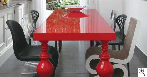 mesa vermelha e poltronas modernas