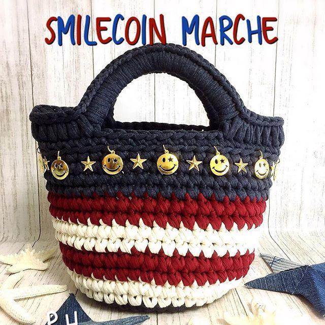 . 🇺🇸スマイルコインマルシェ🇺🇸 . ニコちゃんのコインチャームがゆらゆらキラキラ✨してと〜っても可愛いです😍💓 コインチャームはぐるりと1周してます🙌💕 . 長財布がギリギリ入るくらいの大きさです♡ こちらも後日販売予定です❤️ . . . #ズパゲッティ#モノポップ#zpagetti#monopop#handmade#cute#fashion#bag#smile #マルシェバッグ#トートバッグ#大人カジュアル#大人コーデ#デニムコーデ#カジュアル#ロンハーマン#星条旗#ロンハーマン#ニコちゃん#ママコーデ#今日のコーデ#スマイル