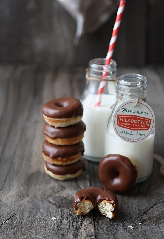 Mini doughnuts and milk!    (recipe here: http://www.larecetadelafelicidad.com/2012/04/mini-donuts-chocolate-doughnuts.html)
