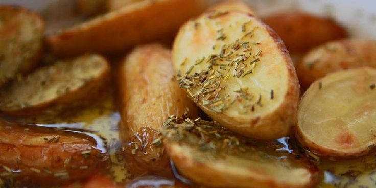 Ovnsbakte poteter med rosmarin - Dette er en enkel måte å gjøre potetene gode på.
